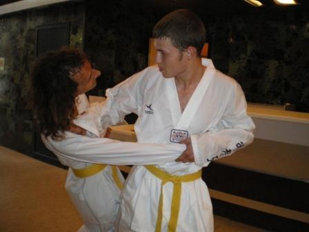Marco réalise une technique de hoshinsoul (self-défense) sur Rémi