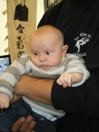 Le petit bout de choux Albasini dans les bras de son Papa...très inspriré