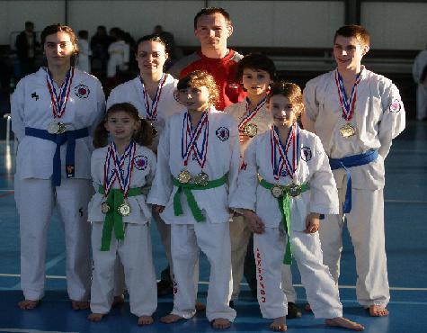 L'entraîneur et ses élèves médaillés.
