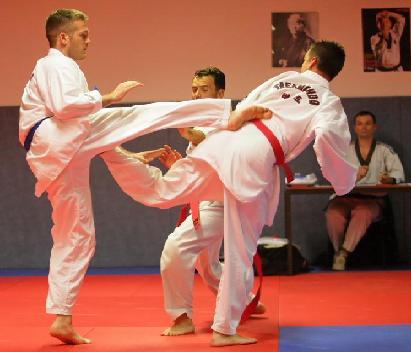 La ceinture bleu est en bandal tchagui contré par la ceinture rouge en duit tchagui (coup de pied retourné).